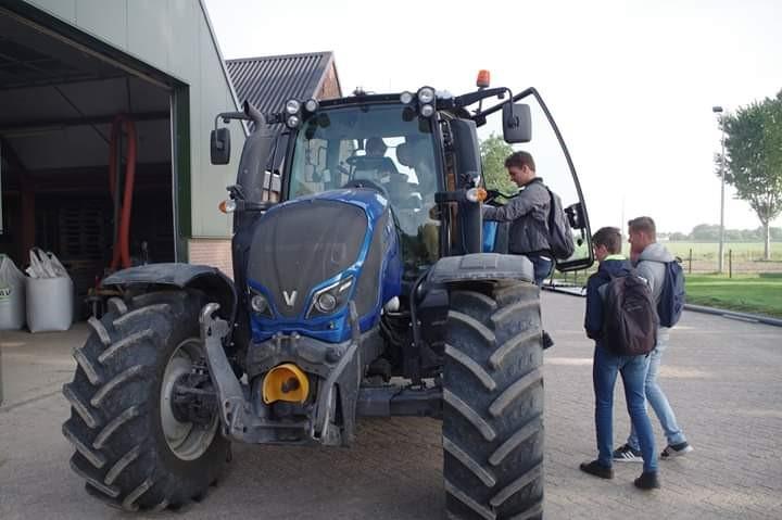 Op de tractor - Akkerbouwbedrijf Van Oorschot